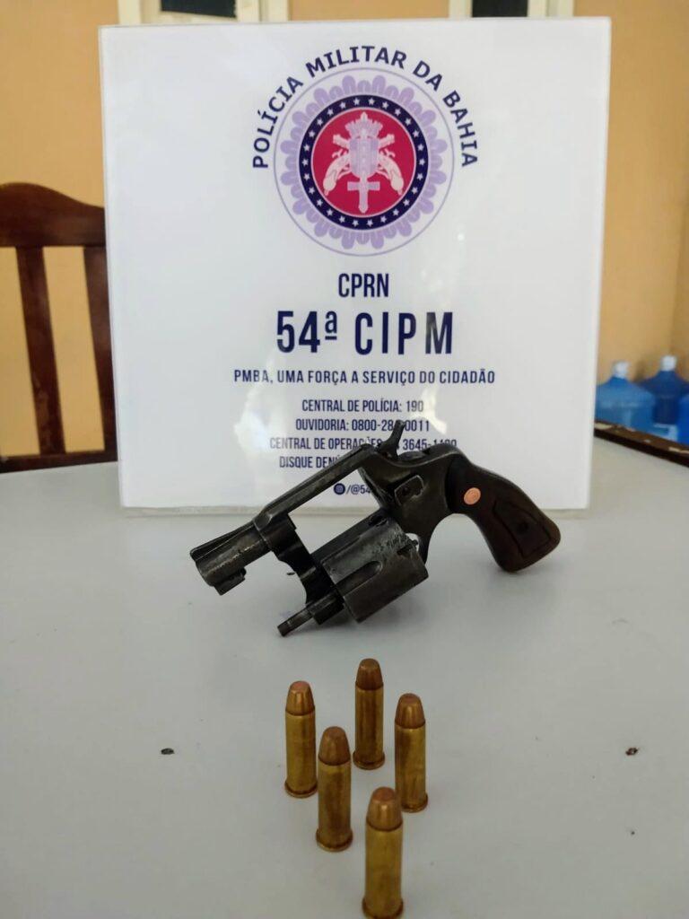PM prende homem que ameaçava moradores com revólver em povoado de C. Formoso